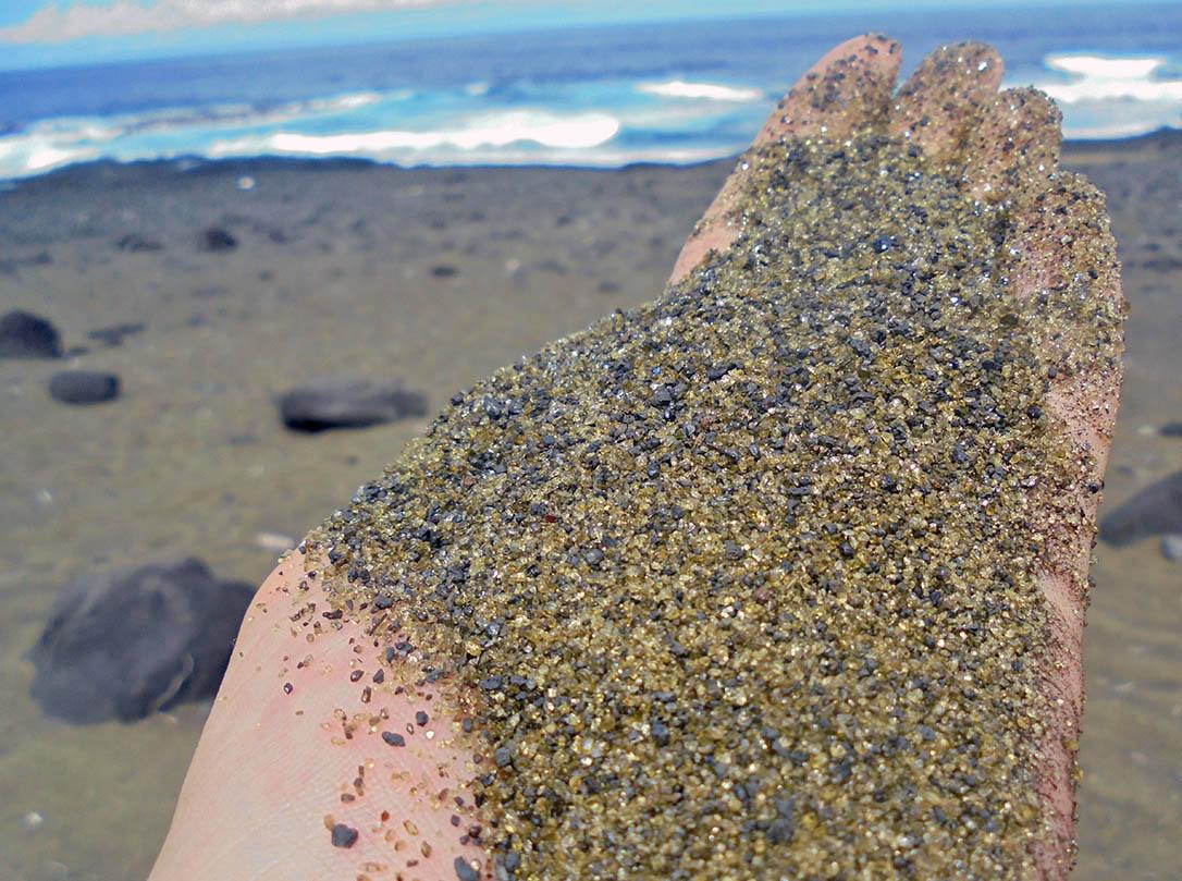 Sable volcanique remplis de cristaux d'olivines, Ile de la Réunion