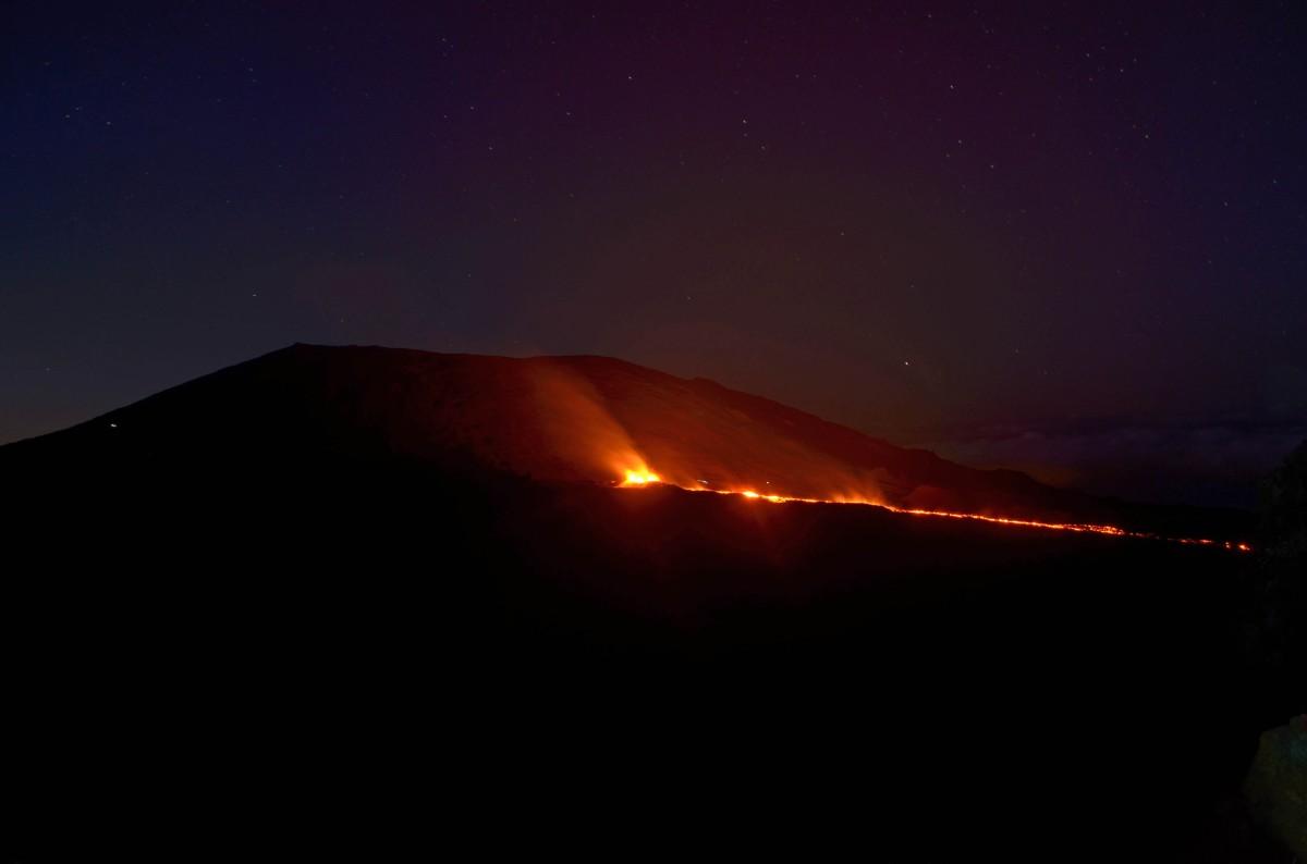 éruption volcanique au piton de la fournaise, ile de la réunion, depuis le piton de bert