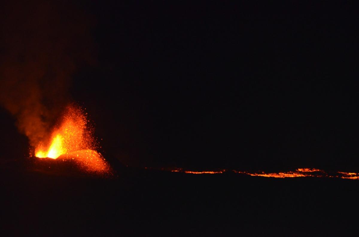 Volcan en éruption depuis le piton de bert