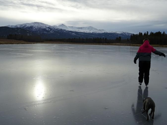 Patiner sur un lac gelé au Yukon