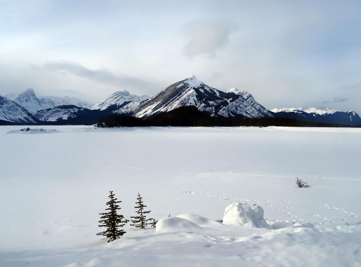 Randonnée d'hiver à Upper Kananaskis lake, Alberta, Canada