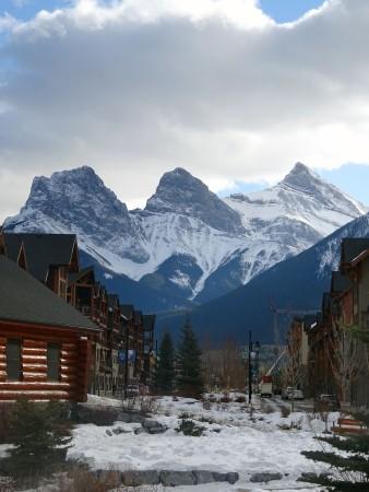 Canmore en hiver, vue sur les Three Sisters, Alberta